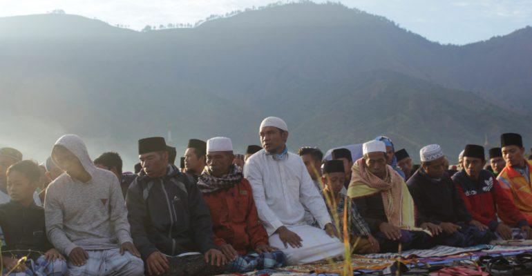 Suasana Shalat Idul Adha pada rabu (22/8) pagi di pengungsian Dusun Jorong, Kec. Sembalun Bumbung, Kabupaten Lombok Timur, begitu syahdu.